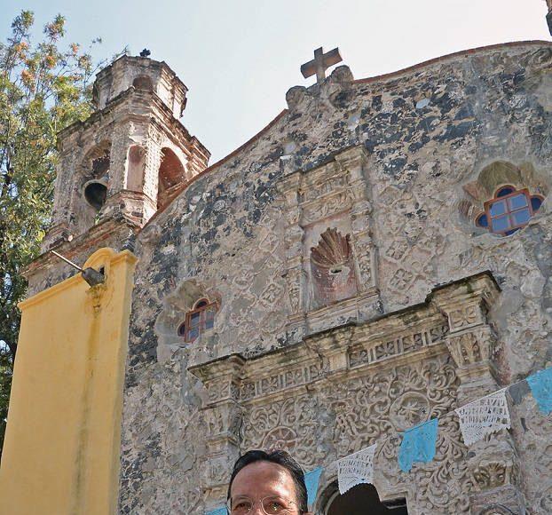 Ante la comunidad del Barrio de La Conchita, el titular de Sitios y Monumentos del Patrimonio Cultural de la Secretaría de Cultura, Raúl Delgado Lamas, entregó las llaves del templo : Foto © FSM, CONACULTA