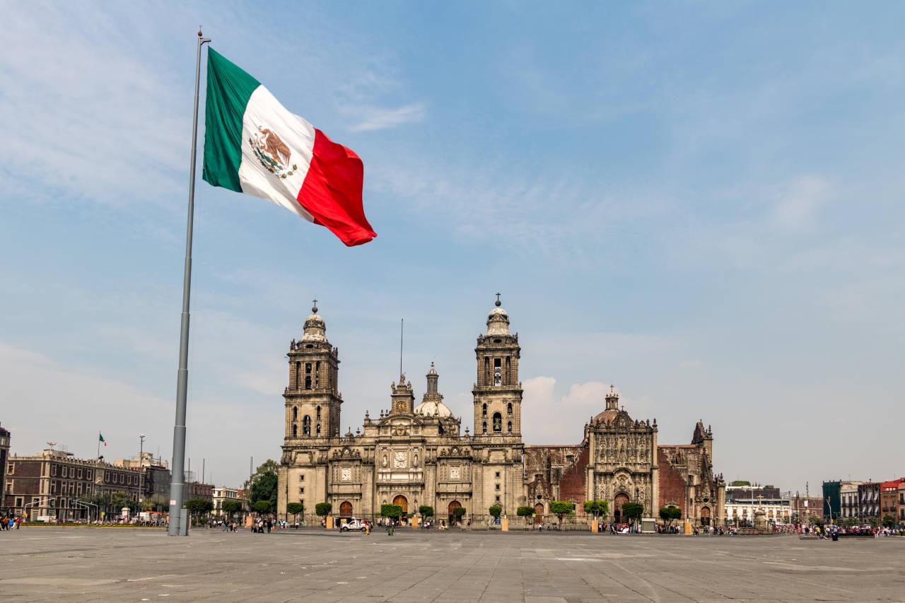 Vista panorámica del Zócalo y de la Catedral de la Ciudad de México, México vía Shutterstock