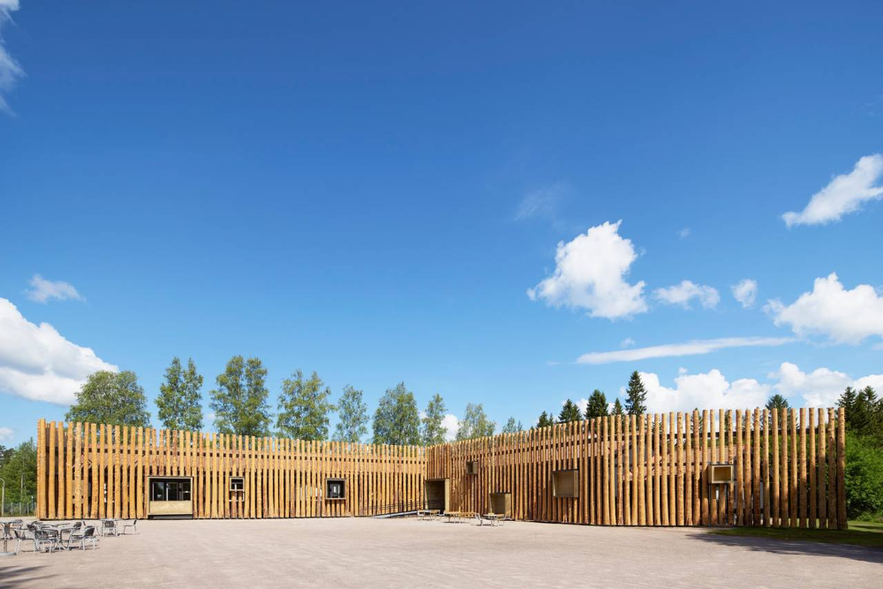 The facade consists of 300 logs that has been cut down in the woods surrounding the museum. They are decorticated, untreated, cleaved in half, and mounted on a rack surrounding the building : Photo credit © Åke E:son Lindman