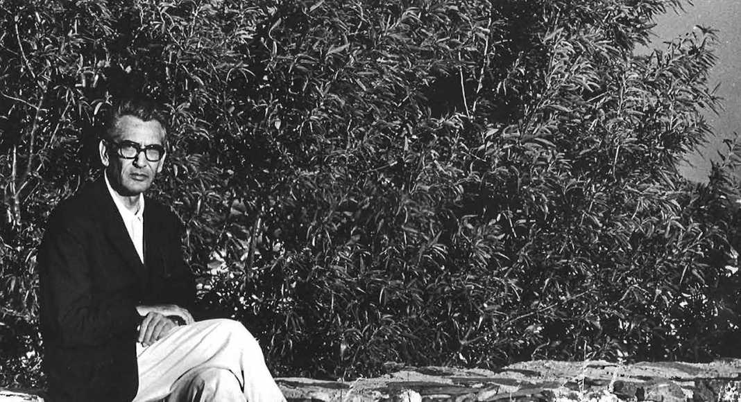 Coderch en el jardín de la casa de Espolla, fotografiado por su hija Elvira : Fotografía © Elvira Coderch