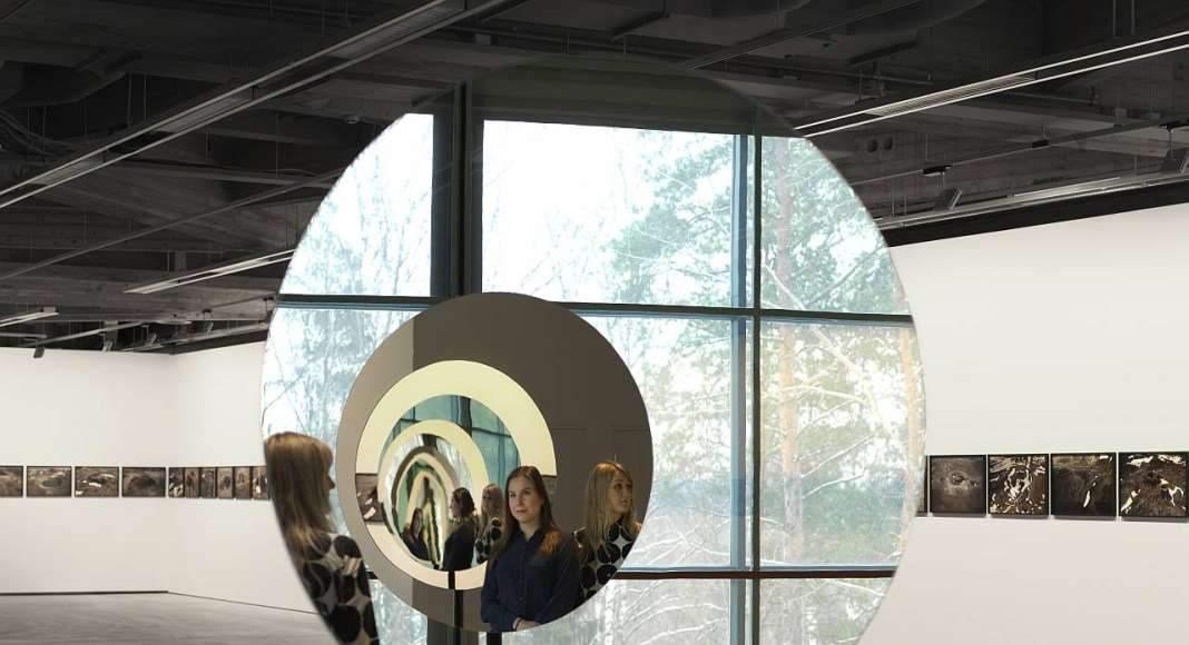 Olafur Eliasson - Pentagonal mirror tunel, 2017 - Mirror, stainless steel, aluminium, paint (granite gray) ø 520 cm, EMMA, Espoo, Finnland, 2017 : Photo Ari Karttunen/EMMA © Olaufr Eliasson