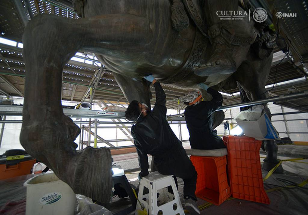 Con escalpelo en mano, el equipo de restauradores que atiende la Escultura Ecuestre de Carlos IV ha ido eliminando con paciencia un recubrimiento negro : Foto © Héctor Montaño, INAH