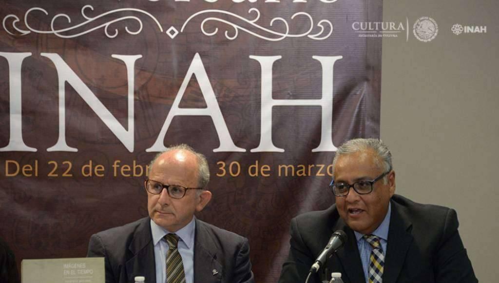 Juan Carlos Váldez, director del Sistema Nacional de Fototecas, y Diego Prieto, director general del INAH : Foto © Héctor Montaño, INAH