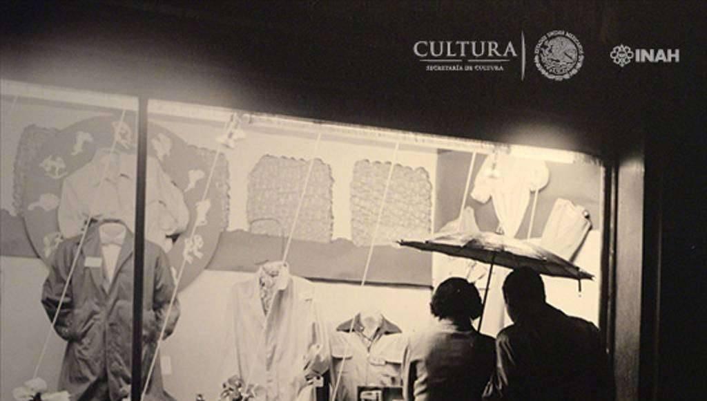 Frente al aparador. Nacho López. 1959. SECRETARÍA DE CULTURA.INAH.SINAFO.FN.MX