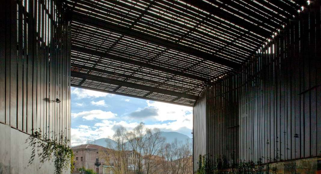 La Lira Theater Public Open Space, 2011, Ripoll, Girona, España en colaboración con J. Puigcorbé : Photo by © Hisao Suzuki, courtesy of © The Pritzker Architecture Prize
