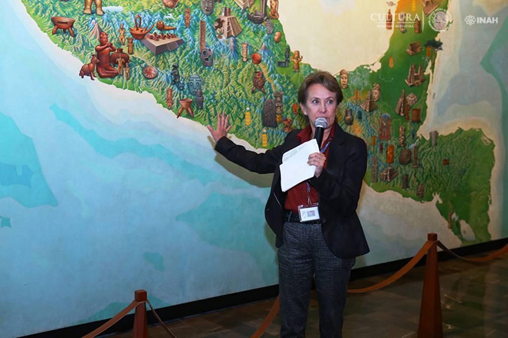 Lic. Gilda Salgado dando explicación de la intervención a Mapa de Mesoamérica : Foto © INAH