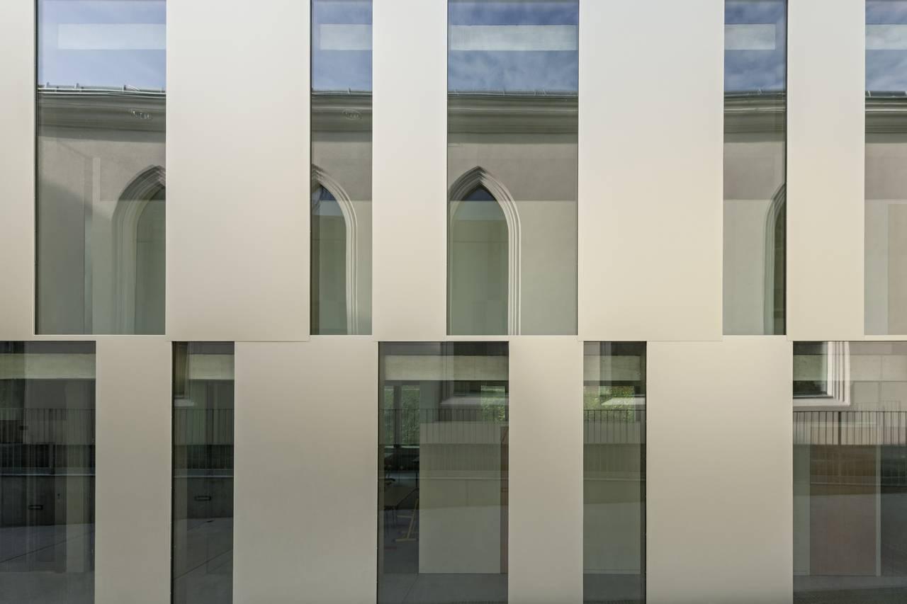 Vista de la Fachada de la Renovación del Studio Molière y extensión del Liceo Francés de Viena : Photo © Hertha Hurnaus