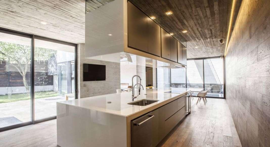 Vista de la Cocina de la Casa F12 diseñada por el estudio Miguel de la Torre Arquitectos : Fotografía © Jorge Garrido