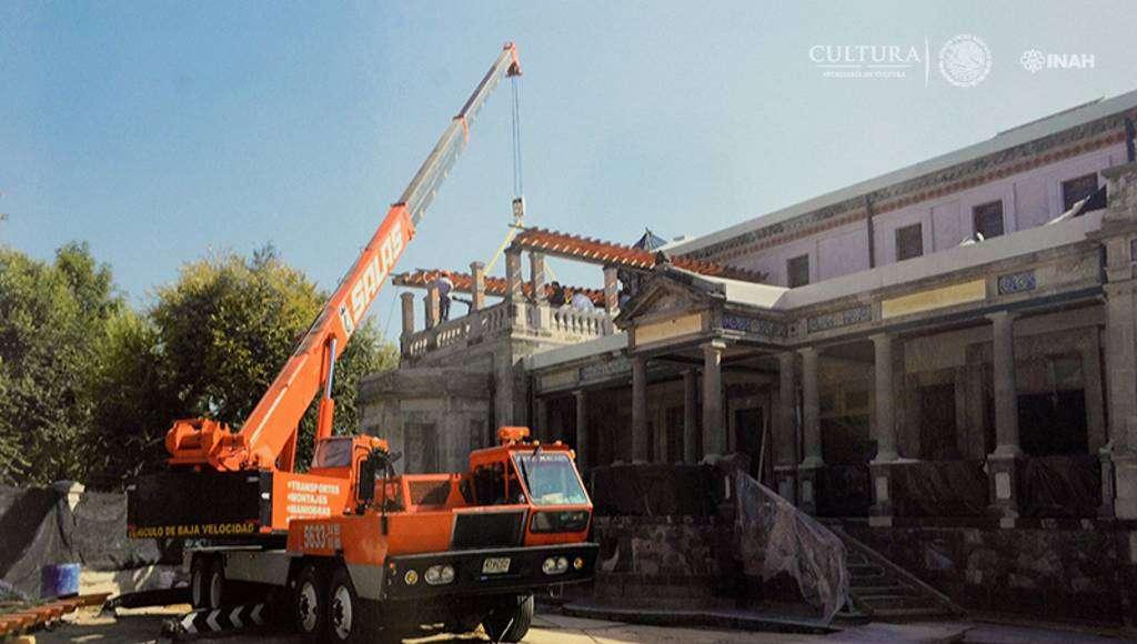 Izamiento e instalación del pergolado de madera en la terraza del primer nivel : Foto © Proyecto de restauración de la Casa Rivas Mercado