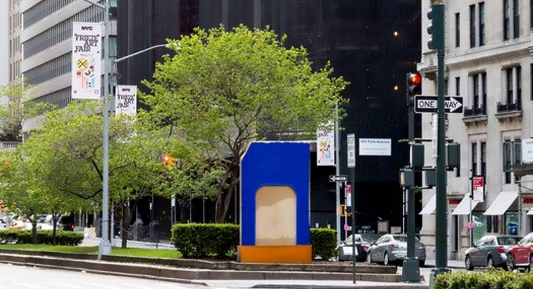 Morpho's Nest in the Cadmium House creada por el artista Lluís Lleó en New Park Avenue Sculpture : Photo © Corrado Serra