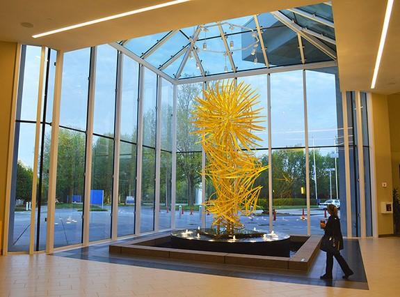 Instalación de la obra Waterfall of Light creada por Dimitar Lukanov en el Aeropuerto GSP : Photo © Didier Nobels