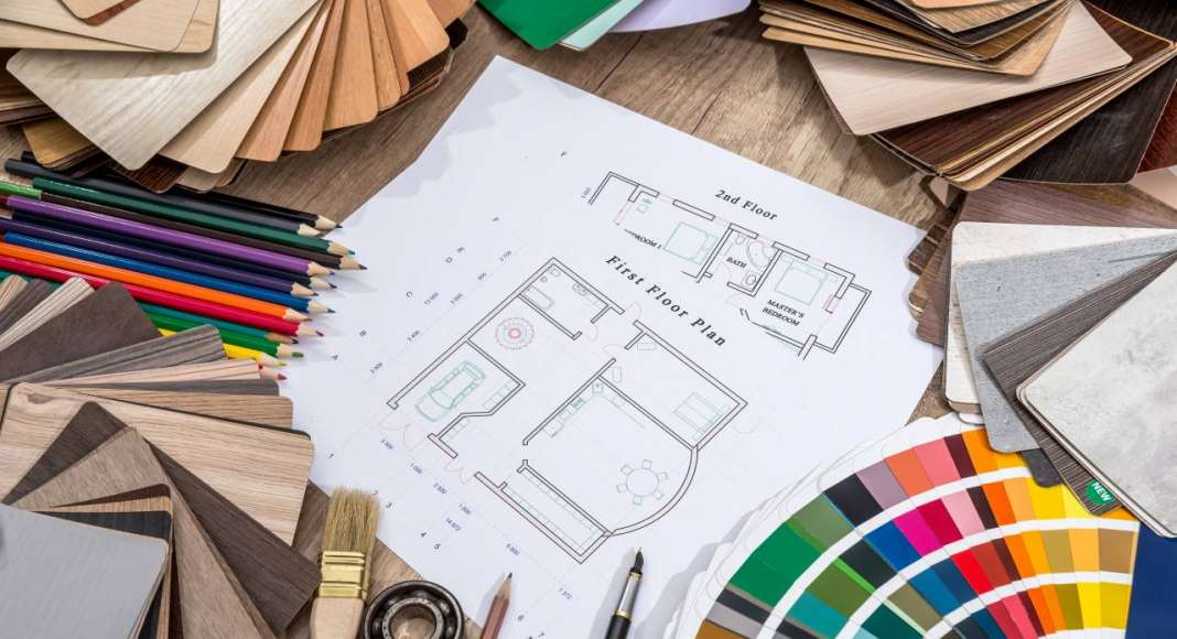 Drawing plan house with a palette of colors on wooden background vía © Shutterstock