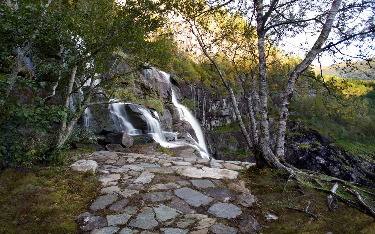 The lower Ledge: The lower ledge invites the visitor to the side of the waterfall. On this quiet place, the visitor can admire the fall up close with no spray or mist : Photo credit © Pål Hoff