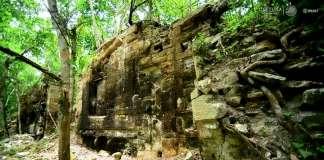 Fachada zoomorfa de Lagunita, muros con bloques de piedra finamente labrados y torres gemelas : Foto © Mauricio Marat. INAH