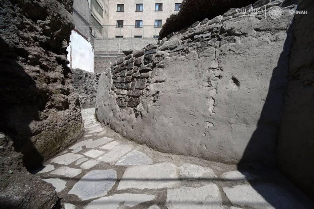 Piso de lajas, correspondiente a la Etapa VI (hacía 1486 d. C.) : Foto © Héctor Montaño, INAH