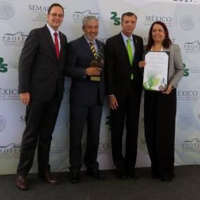 El Dr. Guillermo Haro Bélchez, Procurador Federal de Protección al Medio Ambiente, entregó el reconocimiento a Geocycle por su trabajo a favor del medio ambiente en la planta de Tecomán, Colima : Fotografía © Geocycle México