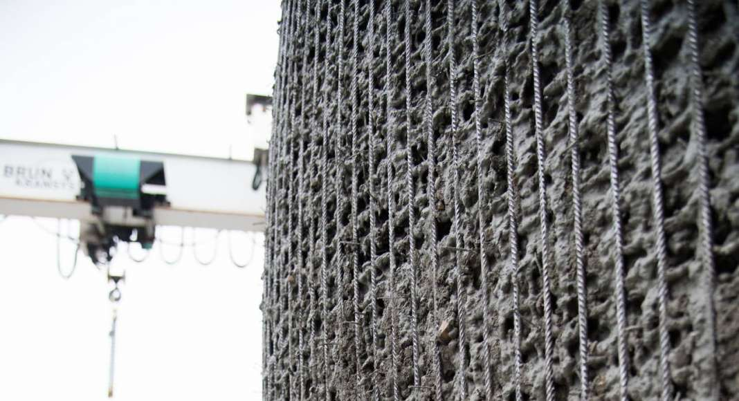 Close-up image from the prototype Mesh Mould wall. The metal structure is manu-ally filled with concrete after the robotic fabrication of the steel mesh : Photo © NCCR Digital Fabrication, 2017