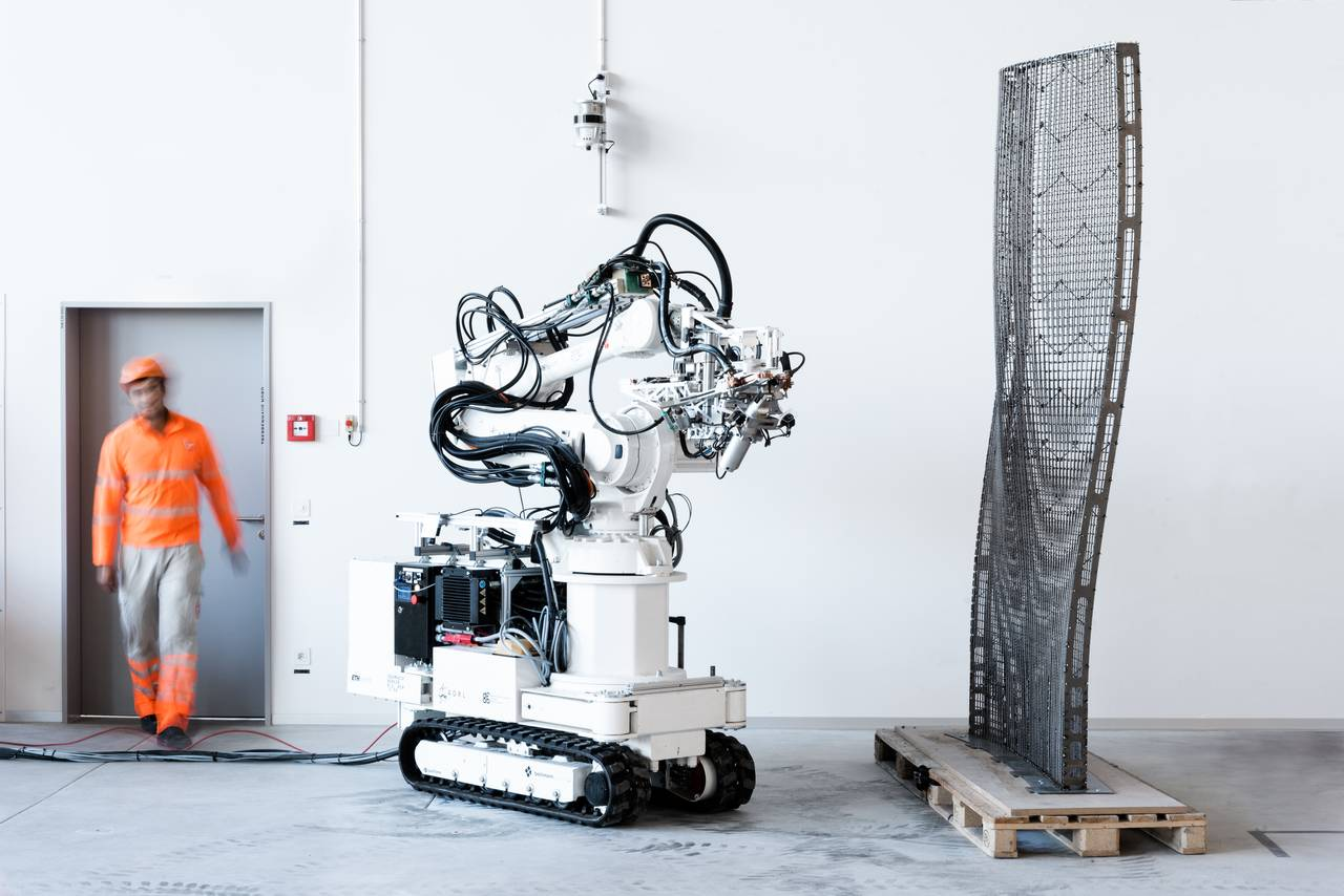 The In situ Fabricator equipped with the Mesh Mould toolhead and the Mesh Mould prototype with a double-curved geometry at the Robotic Fabrication Laboratory, ETH Zurich : Photo © NCCR Digital Fabrication, 2017