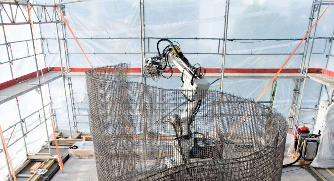 The In situ Fabricator building the Mesh Mould on Empa NEST. The Mesh Mould process unifies the reinforcement and formwork production into a single and robotically controlled on-site fabrication system : Photo © NCCR Digital Fabrication, 2017