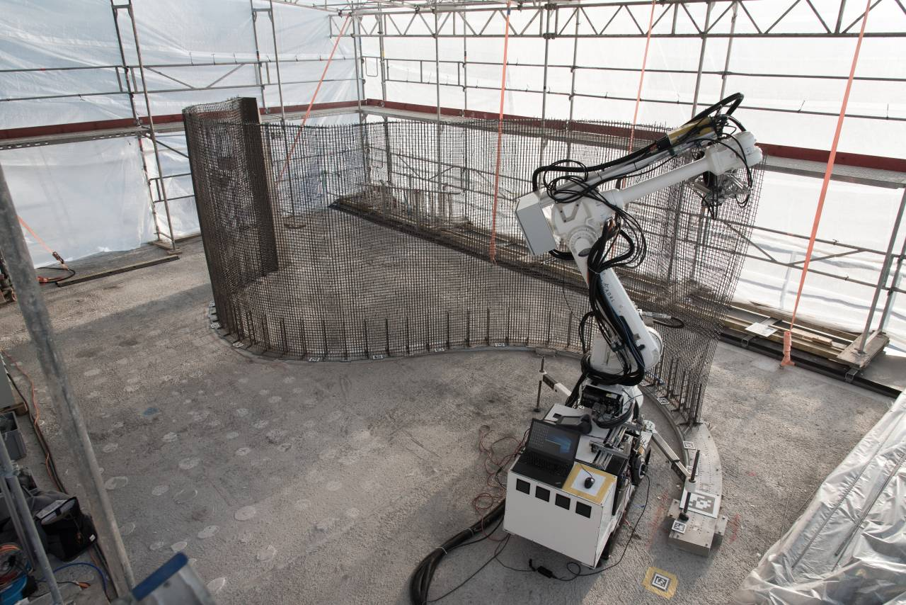 The In situ Fabricator building the Mesh Mould on Empa NEST. The Mesh Mould process unifies the reinforcement and formwork production into a single and ro-botically controlled on-site fabrication system : Photo © NCCR Digital Fabrication, 2017