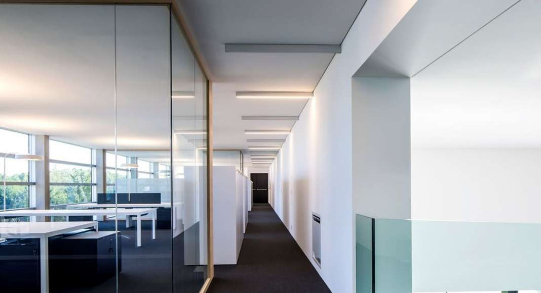The offices are enclosed with glassed partition walls : Photo credit © Massimo Crivellari