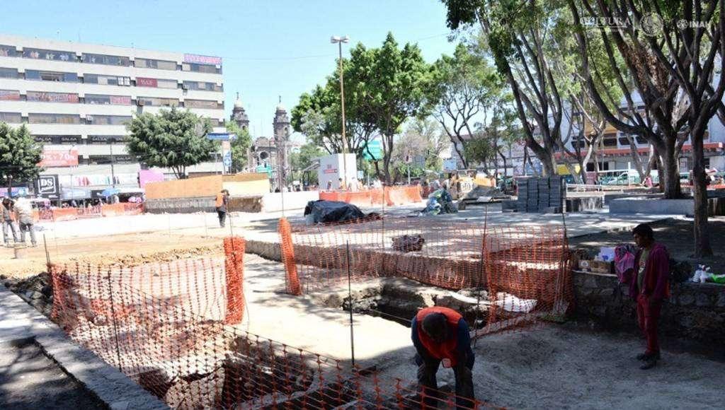 Los restos arquitectónicos prehispánicos quedarán debidamente protegidos para permitir la continuidad del proyecto de rehabilitación de la Plaza Pino Suárez : Foto © Melitón Tapia, INAH