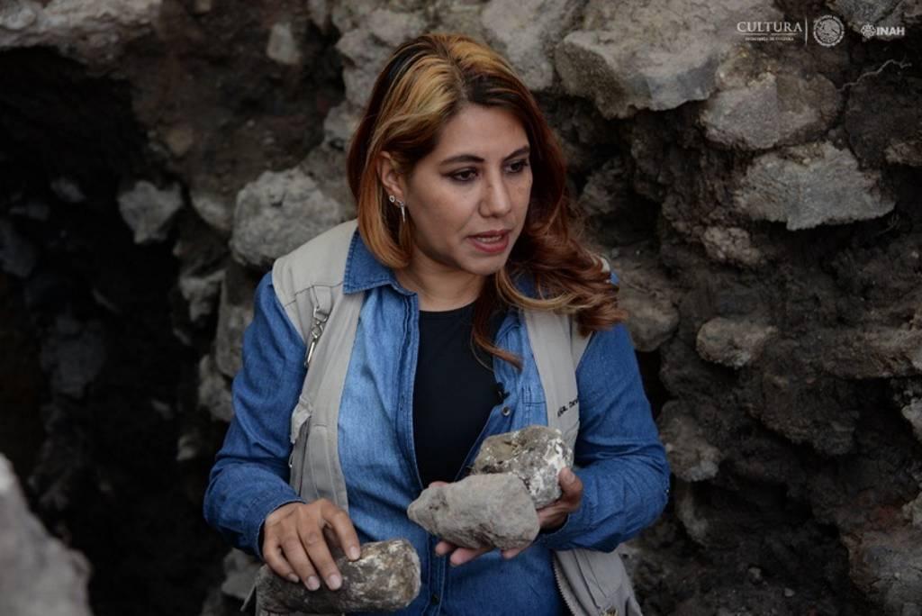 Arqueóloga Donají Montero sobre el salvamento arqueológico que realizan en la Plaza Pino Suárez : Foto © Melitón Tapia, INAH