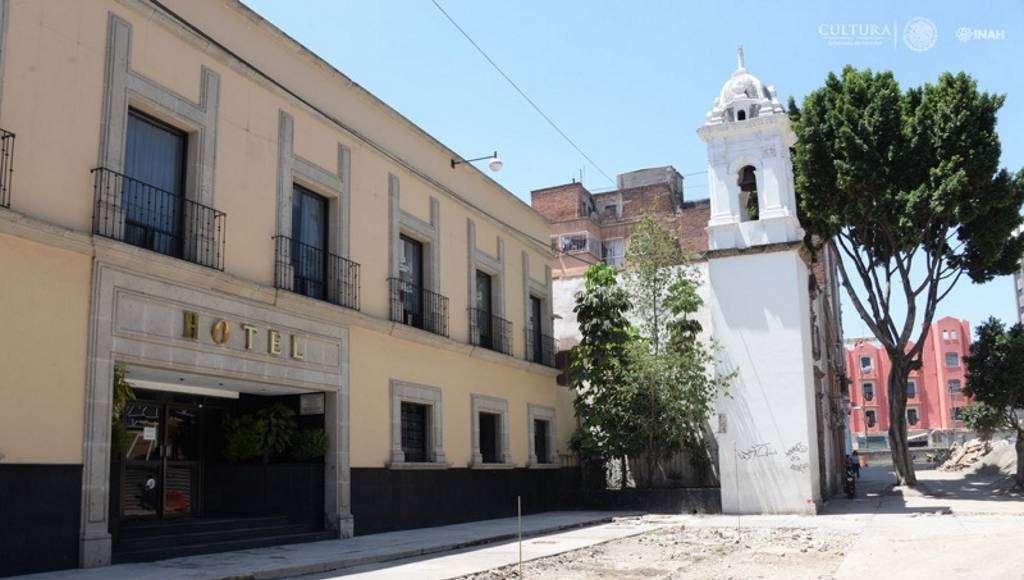 Cala de treinta metros de largo frente a un hotel próximo a ala plaza y capilla san lucas : Foto © Melitón Tapia, INAH