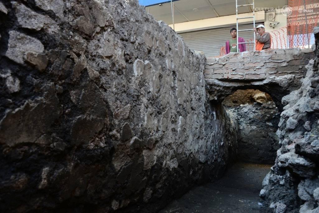 Se trata de los restos de un basamento sobre el que desplantaban habitaciones : Foto © Melitón Tapia, INAH