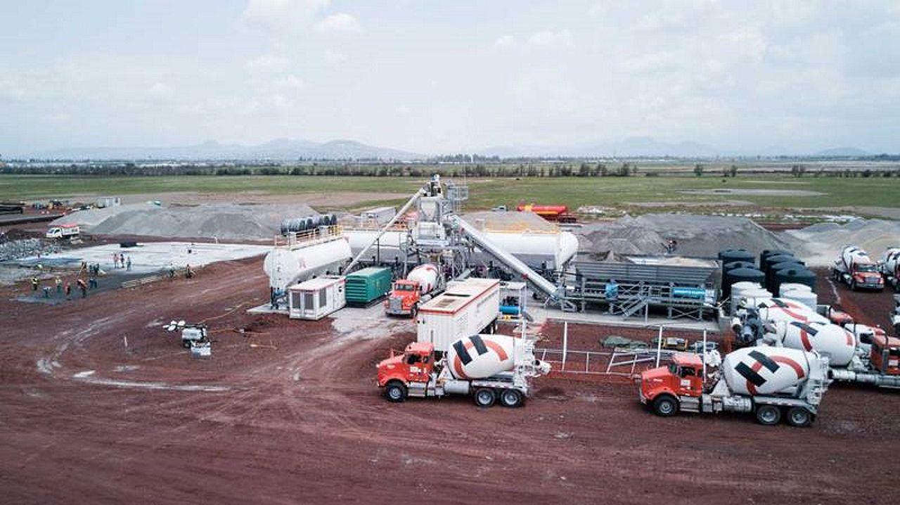 Planta de concreto de Holcim México instalada en el terreno donde se construye el NAICM : Fotografía © Holcim México