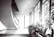 La casa en la Ciudad de México en el siglo XX. Un recorrido por sus espacios : Fotografía © Vladimir Kaspé, Vestíbulo Juan O'Donojú, Lomas de Chapultepec, 1956. Archivo de Louis Noelle