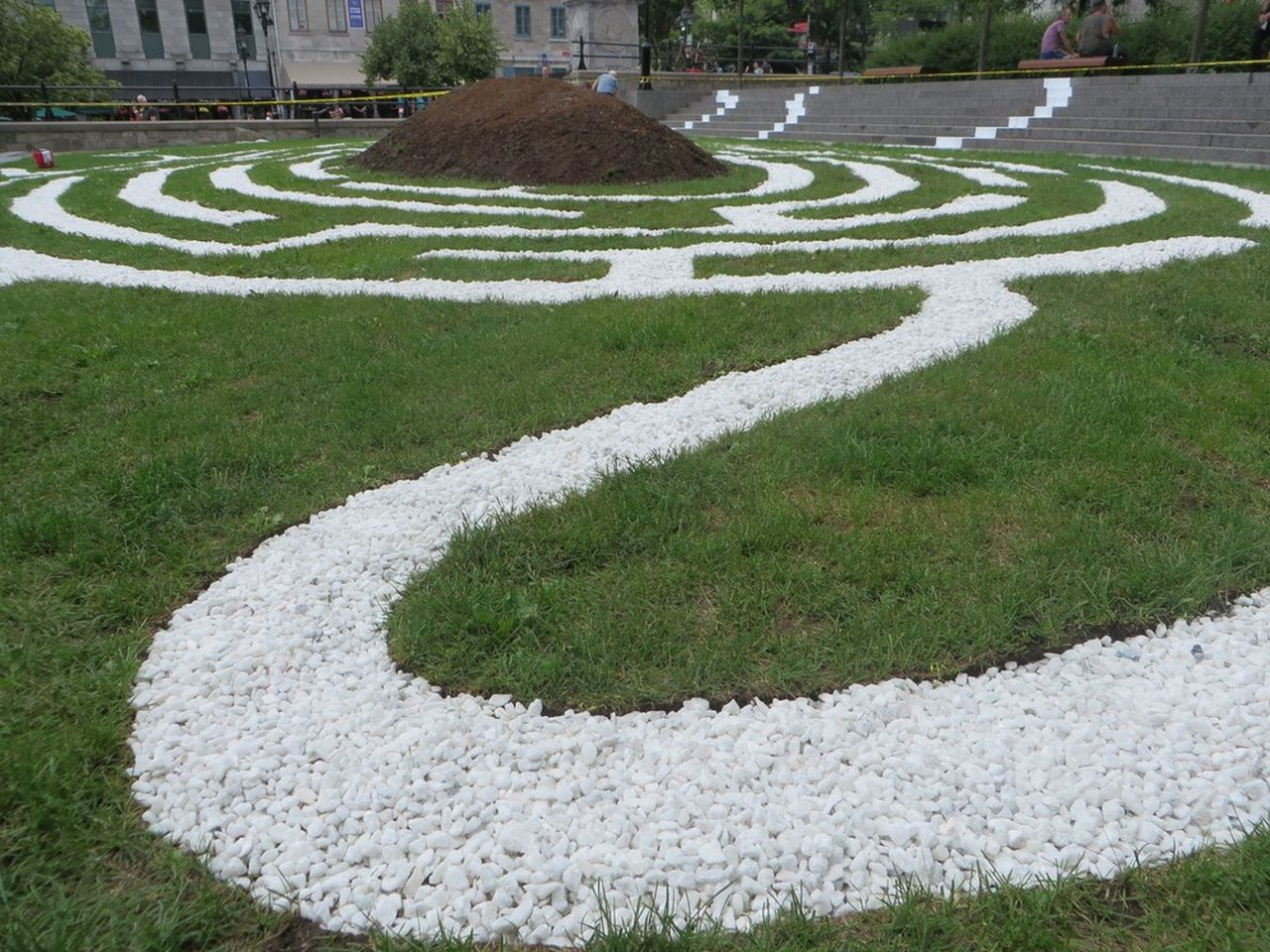 Traces – First Waterways by William Vazan, Montreal (Quebec) Canada. The 2017 edition of Métis-sur-Montréal, presented at Place De La Dauversière, located between Château Ramezay and Place Jacques-Cartier, in front of Montréal City Hall : Photo credit © Château Ramezay – Musée et site historique de Montréal, photo © Michel Pinault