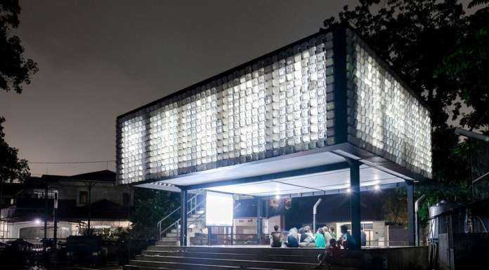 The glowing microlibrary in the evening : Photo credit © Sanrok studio/ SHAU
