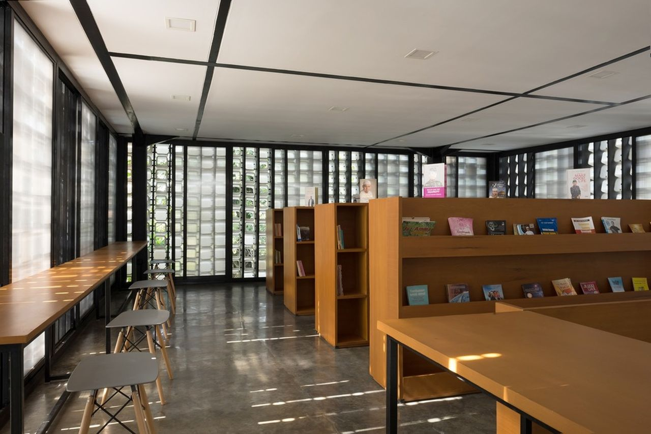 The interior of Microlibrary Bima: optimal ventilation, plenty of natural light : Photo credit © Sanrok studio / SHAU