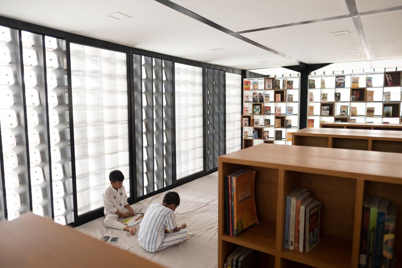 Children reading inside Microlibrary Bima : Photo credit © Sanrok studio / SHAU