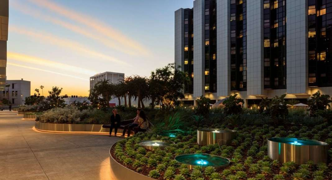 AHBE Landscape Architects Unveils Healing Gardens for Cedars-Sinai Medical Center : Photo credit © @heliphoto.net
