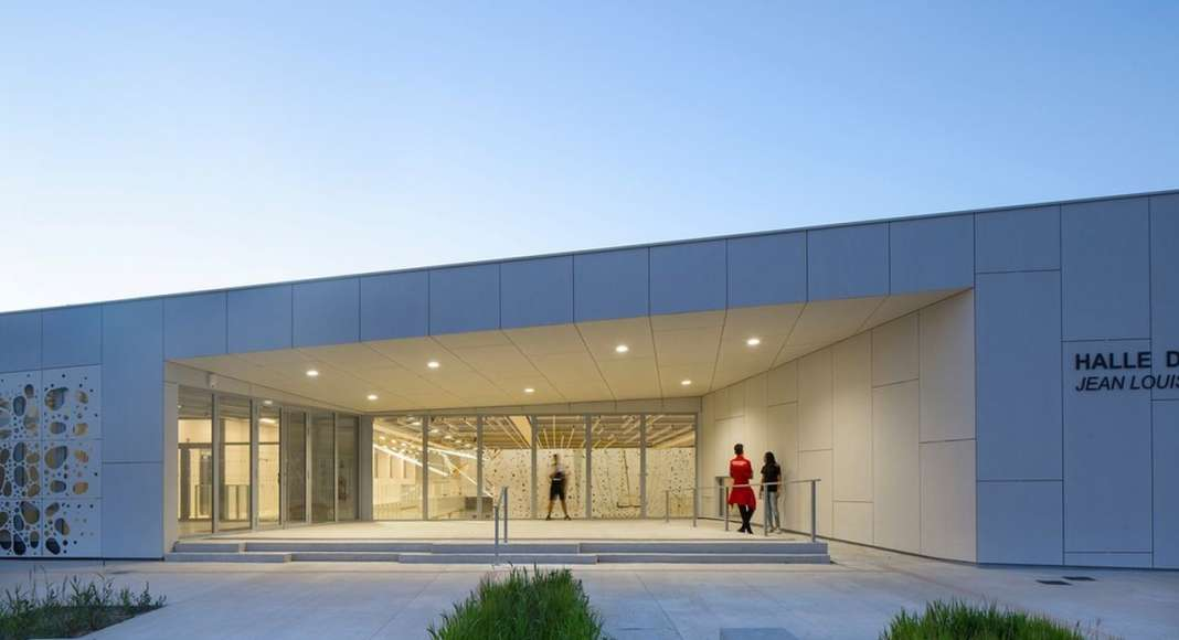 View of the main entrance od the sport hall : Photo credit ©photoarchitecture.com