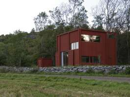 The location of the building between the fields and forest. The torque of the interior in the upward motion is reflected in the facade expression. : Photo © Bornstein Lyckefors Arkitekter