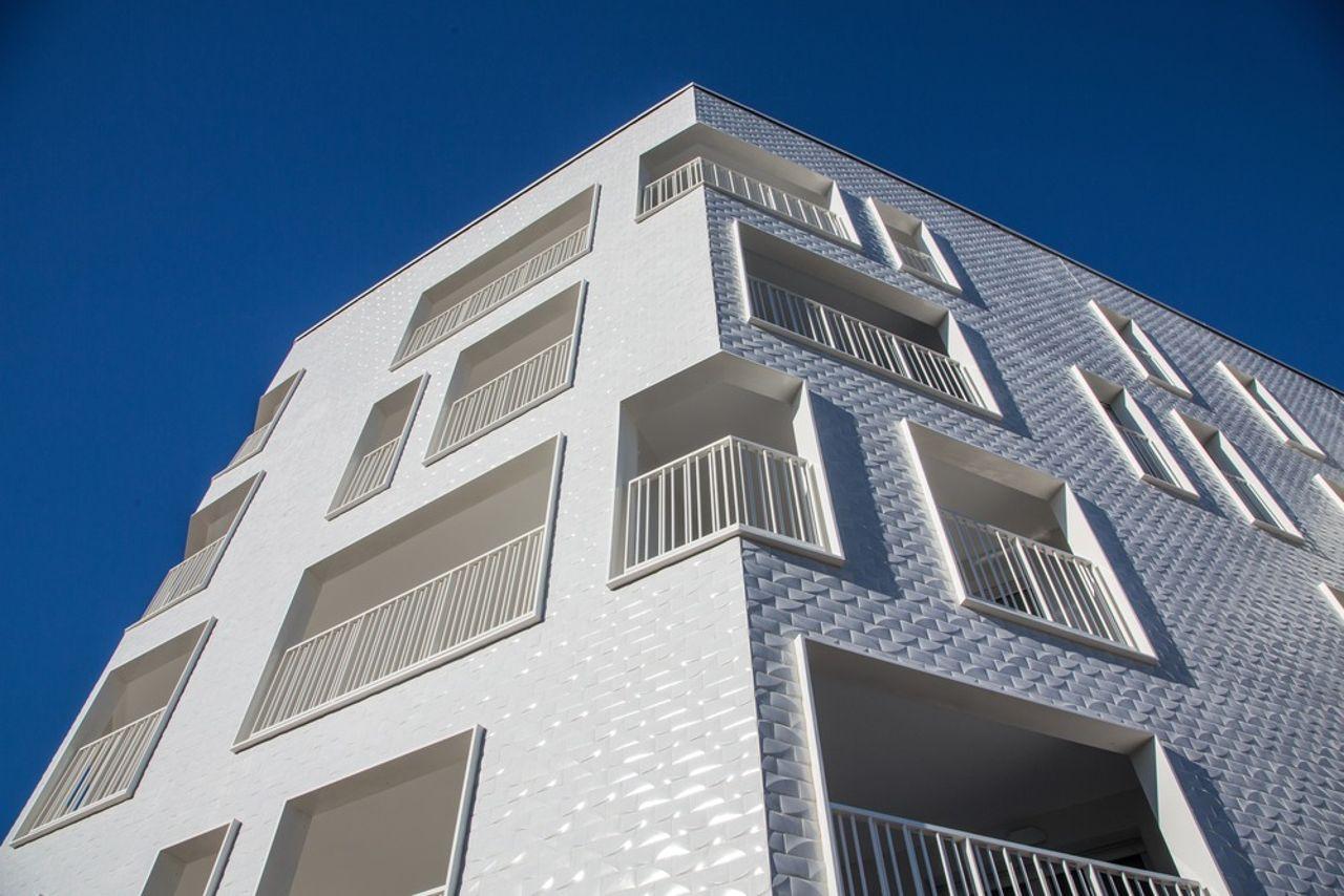 La Barquière View of the angular frontage diseñado por PietriArchitectes : Photo credit © Nicolas Vaccaro