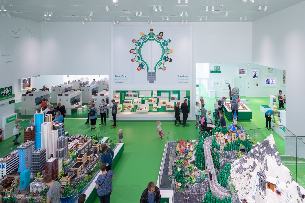LEGO House in Billund, Dinamarca diseñada por BIG — Bjarke Ingels Group : Photo © Iwan Baan