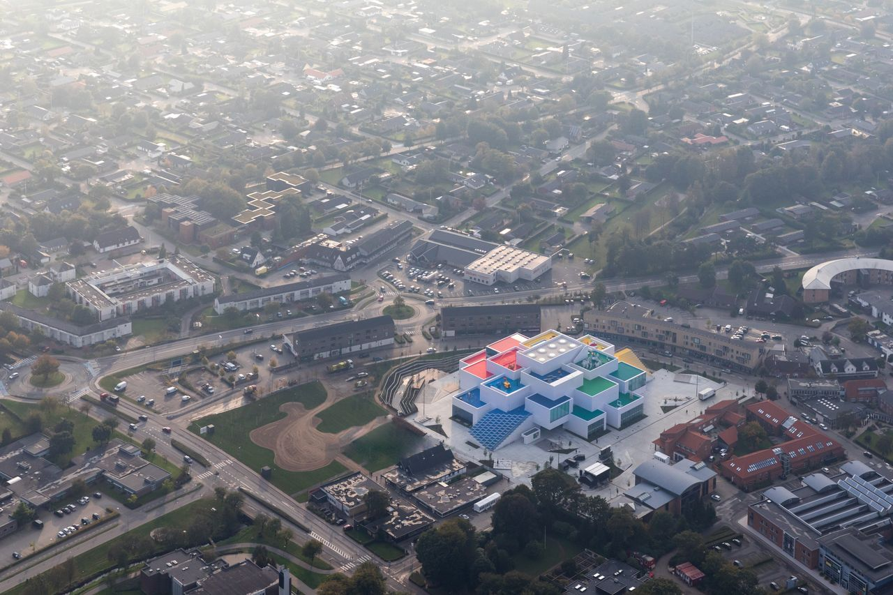 LEGO House Aerial View en Billund, Dinamarca diseñada por BIG — Bjarke Ingels Group : Photo © Iwan Baan