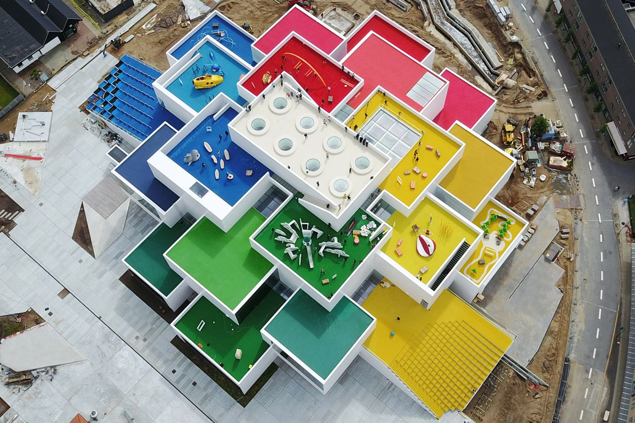 LEGO House Aerial View en Billund, Dinamarca diseñada por BIG — Bjarke Ingels Group : Photo © Kim Christensen